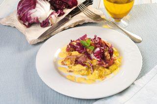 Straccetti di pollo con speck e insalatina di radicchio