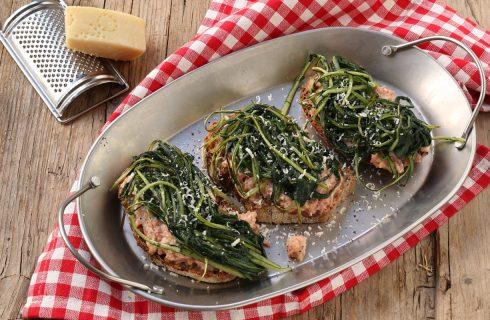 Crostoni con cicoria e salsiccia: per l'antipasto autunnale
