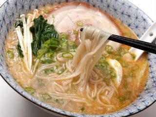Trasformare gli spaghetti in noodles per il ramen