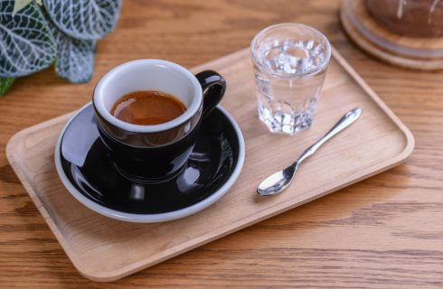 Caffè: quando si beve il bicchiere d'acqua?