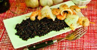 Spiedini di pesce al riso venere: piatto unico