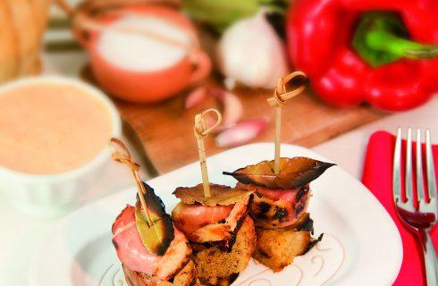 Spiedini di pollo e speck all'alloro con salsa rosa