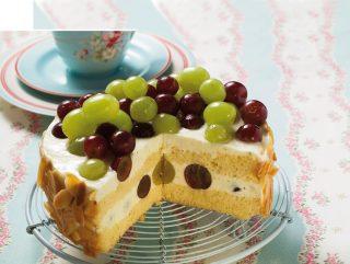 Torta con uva e crema di yogurt greco