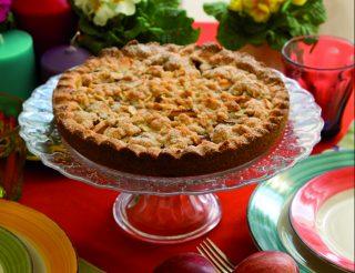 Torta di mele ricca con briciole alla cannella