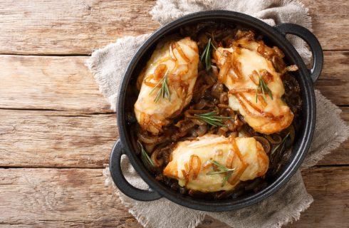 Pollo con cipolle in casseruola