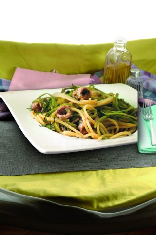 Spaghetti puntarelle e alici fresche: primo piatto di mare