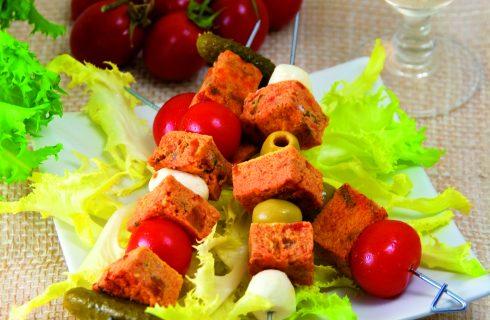 Spiedini di frittata con mozzarelline e sottaceti