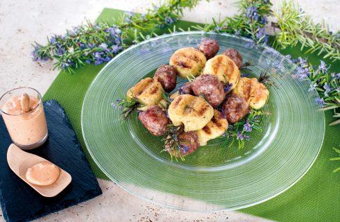 Spiedini di gnocchi di patate farciti di caprino con salsiccia al BBQ