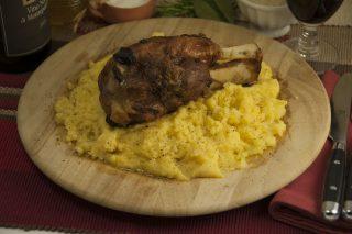 Stinchi di maiale con polenta: per la stagione fredda