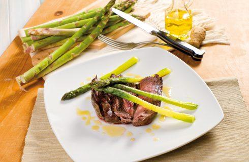 Tagliata di manzo con asparagi e salsa al miele