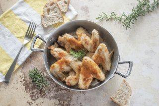 Alette di pollo in padella al vino: una tira l'altra