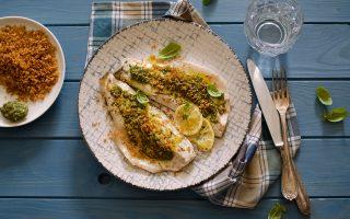 Filetti di spigola al pesto: si preparano al cartoccio
