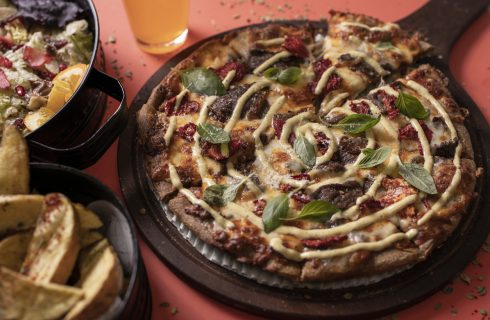 Persian pizza, l'opulenta e conditissima pizza dell'Iran