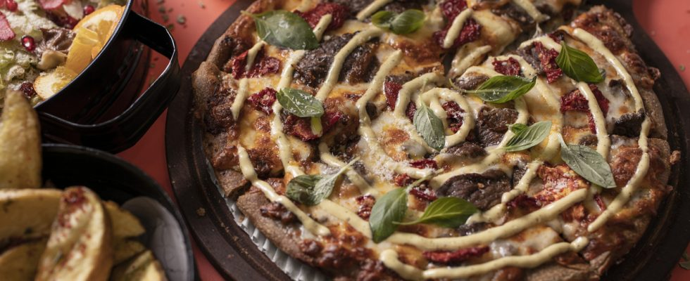 Persian pizza, l'opulenta e conditissima pizza dell'Iran