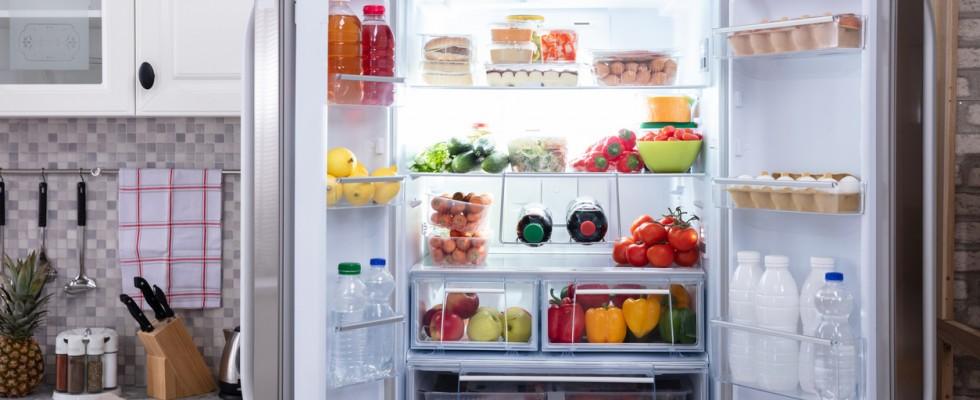 Sistemare il frigorifero: tutti i trucchi per conservare bene e risparmiare spazio