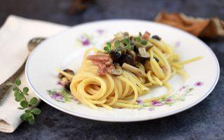 Pasta con funghi in bianco: usate i pioppini