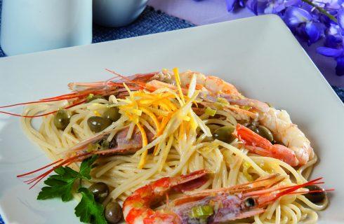 Spaghetti agli agrumi con gamberi rossi e olive taggiasche