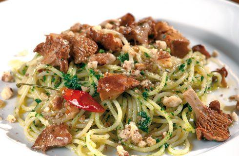 Spaghetti prezzemolati con finferli e noci