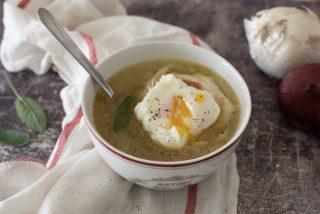 Zuppa di cipolle con crostone all'uovo