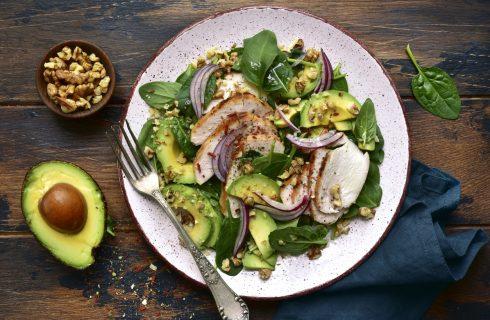Insalata di pollo e avocado con frutta secca