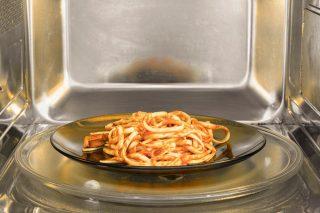 6 trucchi per scaldare (bene) la pasta avanzata