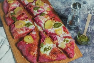 Pizza rosa con patate pesto e crescenza