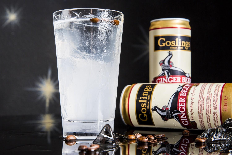 />Spidey Parker, I Maestri del Cocktail. </b>Il cocktail è <strong>ispirato al personaggio di Spider Man</strong> nel film <i>Avengers: Endgame</i>, di Anthony e Joe Russo del 2019 ed è realizzato dal team de <i>I Maestri del Cocktail</i>, autori del programma tv <i>Drink Me Out </i>su La7d e dell'app gratuita <i>Guida BlueBlazer ai migliori cocktail bar d'Italia</i>. Ricorda il compianto disegnatore <strong>Stan Lee</strong> che ebbe l'idea dell'Uomo Ragno osservando una mosca camminare sul muro. Pensò a un ragazzino in grado di arrampicarsi ovunque. Giocando su queste caratteristiche e la giovane età, è nato <em>Spidey Parker</em>, rispettivamente soprannome e cognome dell'eroe. <strong>Bassa gradazione alcolica</strong>. <strong>Gli ingredienti</strong><b>: </b>40 ml Mistrà Pallini; 20 ml succo di lime; Fill di Gosling's Ginger Beer. <strong>La preparazione</strong>: versare direttamente nel bicchiere il lime juice e il Mistrà Pallini. Riempire di ghiaccio fino all'orlo e versare la Gosling's Ginger Beer. Mescolare con un cucchiaino da bar e servire, guarnendo con un chicco di caffè. Il drink richiama alla tradizione della mosca nell'anice, il chicco di caffè. Il tutto al sapore di Mistrà realizzato dalla romana Pallini: un prodotto ben noto come digestivo e oggi impiegato nella miscelazione, senza zucchero, derivato da tre distillazioni e con 7 tipi di anice, tra cui lo stellato e il verde; e, in più, a impreziosirlo, il finocchio.</li> </ol> </div>     <div class=