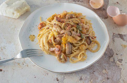 Pasta alla zozzona: guanciale, uova, pecorino e pomodori