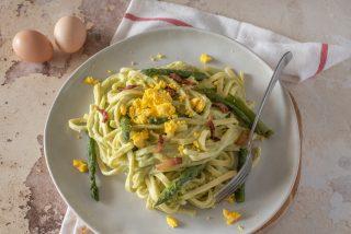 Pasta alla crema di asparagi, rigatino e tuorlo d'uovo
