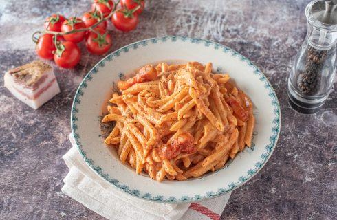 Pasta del maresciallo: pomodoro, panna e pancetta