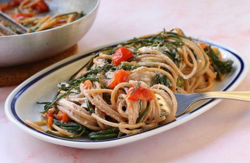 Spaghetti con agretti e pomodori