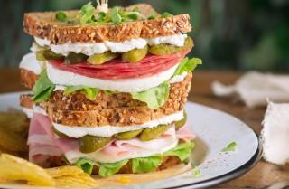 Sandwich al prosciutto e al salame: insalata e formaggio