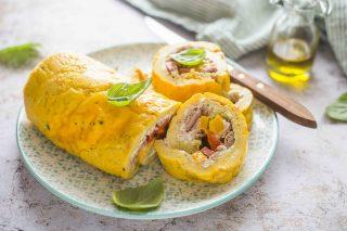 Rotolo di frittata con tonno: aggiungi formaggio fresco e peperoni