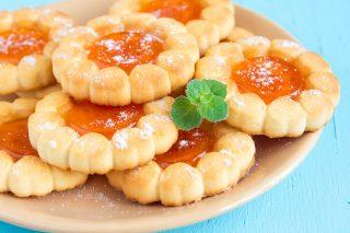 Biscotti con marmellata chiara: è l'ora del tè