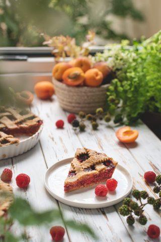 Crostata di frutta estiva: albicocche e lamponi