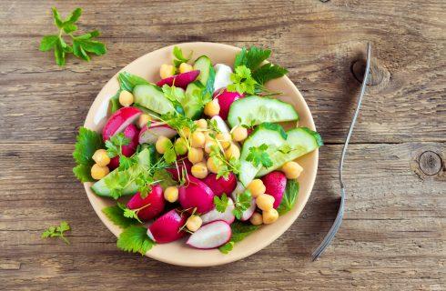 Insalata fredda con ceci, ravanelli e cetrioli