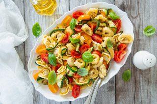 Insalata di tortellini: con zucchine e pomodori