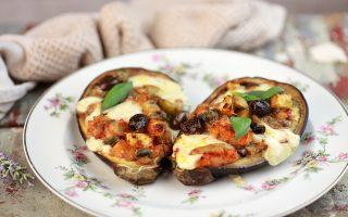 Melanzane ripiene senza carne: con pomodoro, olive e capperi
