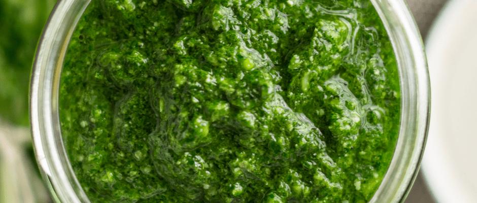 A Copenaghen uno chef italiano prepara il Nordic Pesto a base di gemme di abete rosso