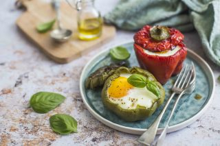 Peperoni ripieni di uova e formaggio: cremosi