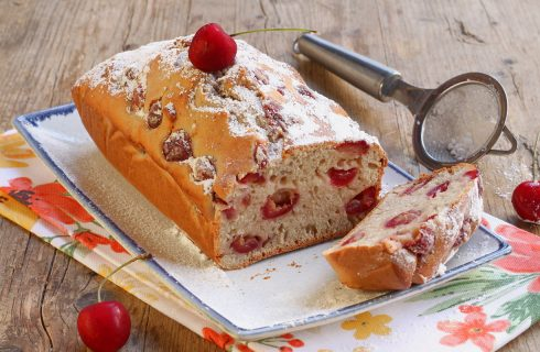 Plumcake alle ciliegie, leggero con impasto allo yogurt