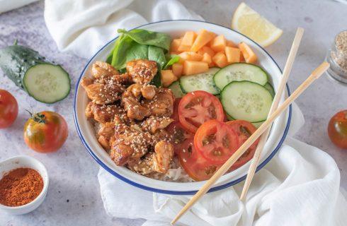 Poke di pollo e riso: sapori hawaiani
