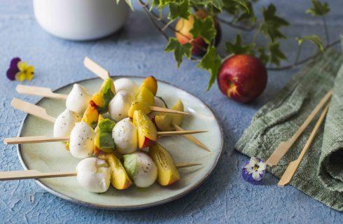 Spiedini di pesche, mozzarella e basilico