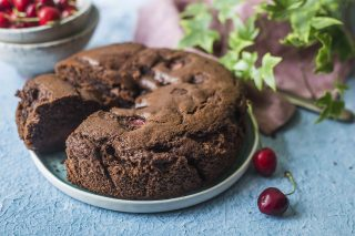 Torta al cioccolato e ciliegie: morbidissima