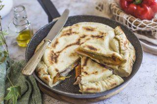 Focaccia in padella con peperoni, pancetta e stracchino